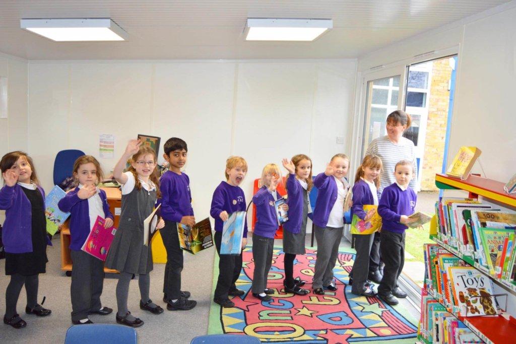 schoolchildren-library-building